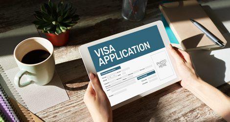Personne qui consulte le site de demande de visa sur tablette